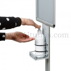 Totem Distributeur gel hydroalcoolique sur pied. Il permet au public de se désinfecter les mains en toute sécurité. Altumis