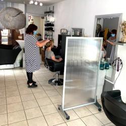 Cloison de protection en polycarbonate Autoportant. Solution économique pour séparer une pièce. Salon de coiffure 1. Altumis