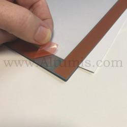 Cadre d'affichage magnétique vitrine de la marque Magnetis®. Facile à poser grâce aux quatre adhésifs intégrés en face arrière.